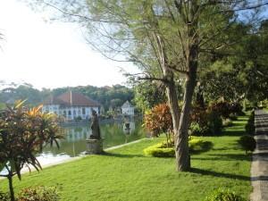 В парке водного дворца Уджунг