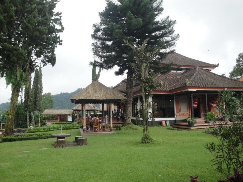У озера Бератан