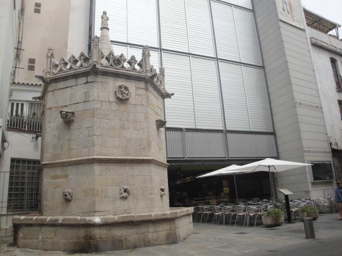 Готический фонтан Сан Хоан в Бланесе
