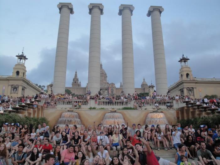 Площадь перед поющим фонтаном в Барселоне