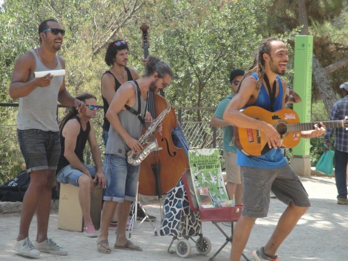 Музыканты в парке Гуэля