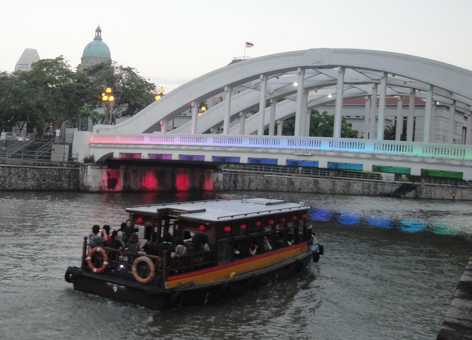Набережная реки Сингапура. Прогулка на кораблике по реке.