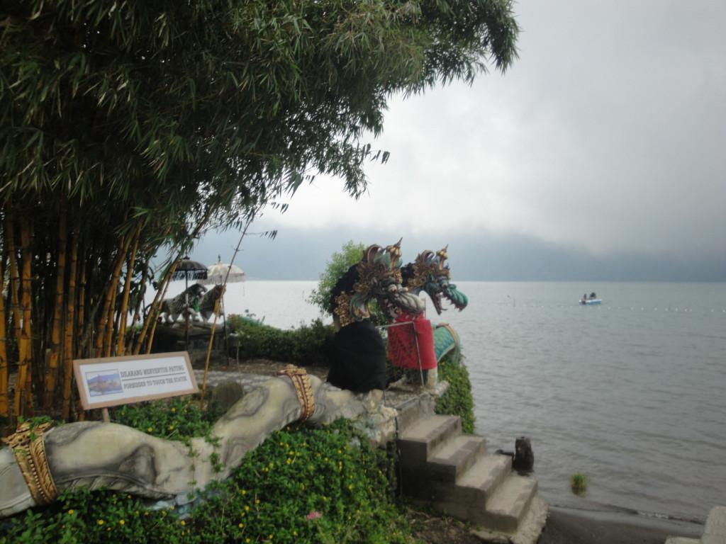 Вход в храм Пура Улун Дану Братан