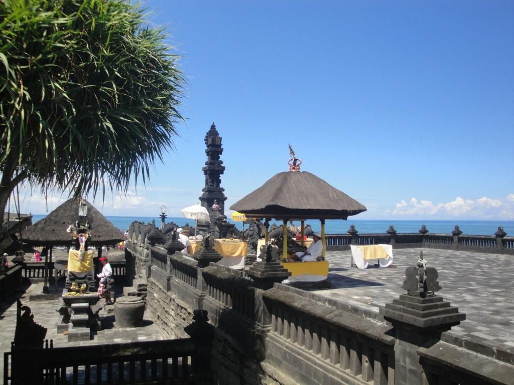 Сквер рядом с храмом Танах Лот на Бали