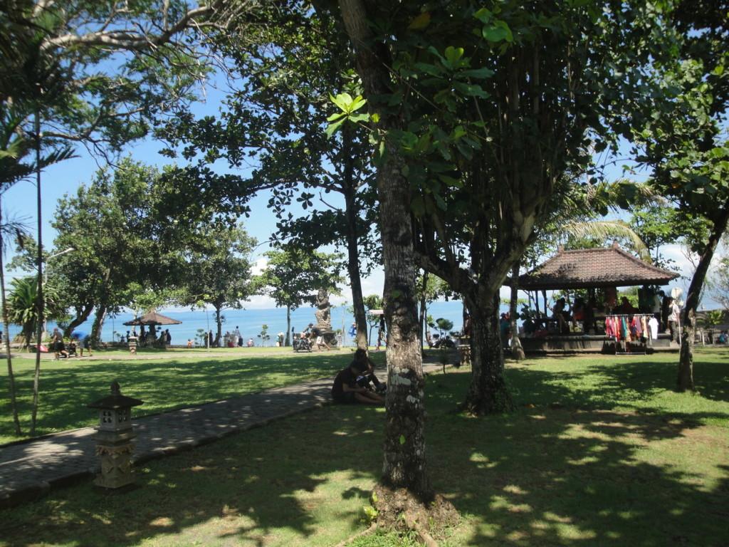 Сквер рядом с храмом Пура Бату Болонг
