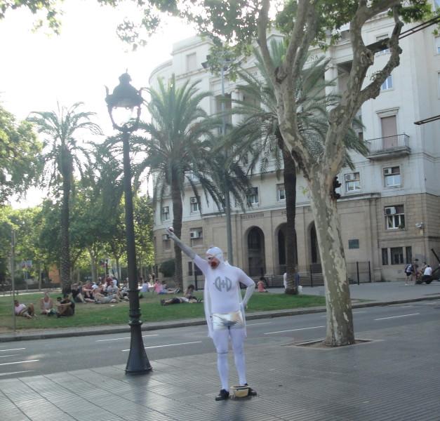Живая статуя на бульваре Рамбла Барселона
