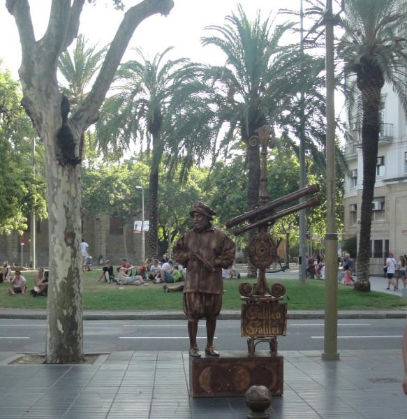 Живая статуя на Рамбле в Барселоне