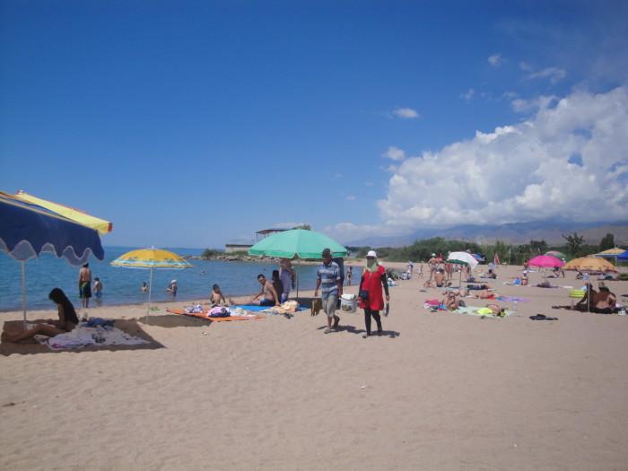На пляже на Иссык-Куле
