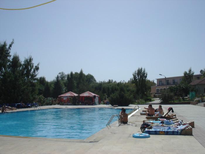 У бассейна на Иссык-Куле