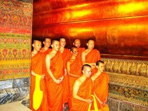 Монахи в храме Лежащего Будды